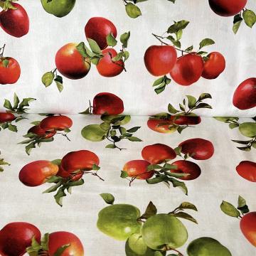 Frische grüne Äpfel auf creme