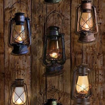alte Laternen auf Holz